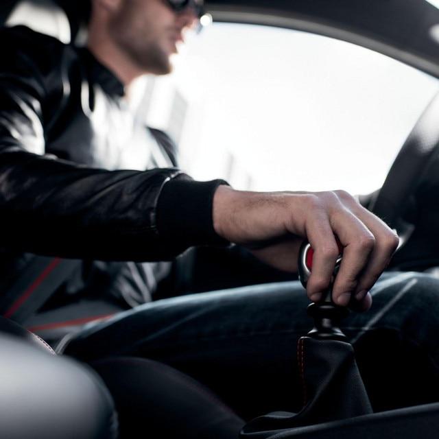 PEUGEOT 208 GTi : homme au volant