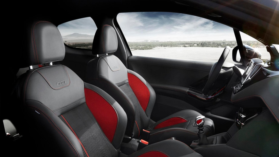 PEUGEOT 208 GTi : sièges garnis de cuir siglés GTi et le pommeau de vitesses chrome satin et rouge