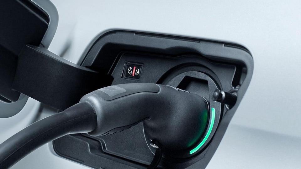 PEUGEOT 3008 HYBRID4 et HYBRID: La trappe de recharge se situe sur l'aile arrière gauche du véhicule (symétriquement à la trappe à carburant).