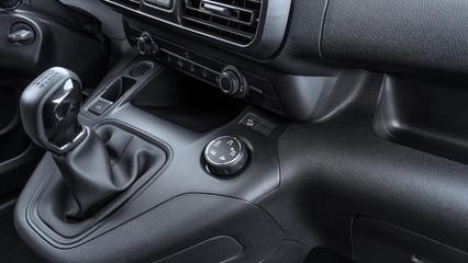 NOUVEAU PEUGEOT PARTNER: l'Advanced Grip Control, est l'association du Grip Control antipatinage optimisé avec 5 modes d'adhérence et du Hill Assist Descent Control nouvelle fonction pour une meilleure maîtrise du v&eac