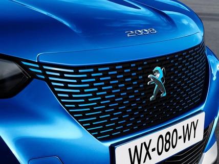 Nouveau SUV électrique PEUGEOT e-2008 : calandre couleur caisse au Lion dichroïque
