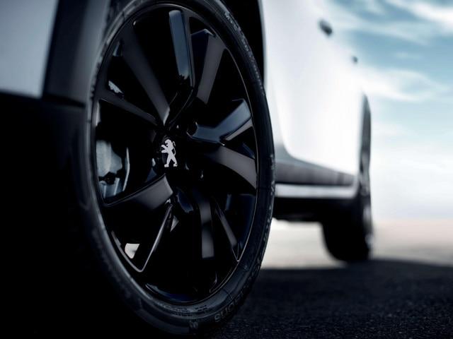 "17"" velgen Eridan in Full Black, Noir Onyx gelakt met dop in Noir Onyx en zwarte bouten – SUV PEUGEOT 2008 met optioneel Black Pack"