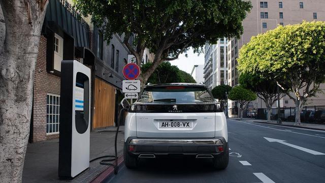 Nieuwe SUV Peugeot 3008 HYBRID – Laden aan openbare laadstations