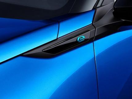 """SUV PEUGEOT e-2008: monogram """"e"""""""