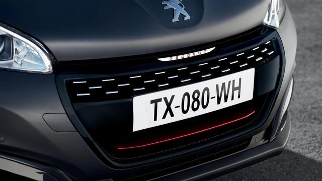 PEUGEOT 208 GTi : calandre noir perla aux damiers chromés et lettrages PEUGEOT rouge sur la grille de la calandre
