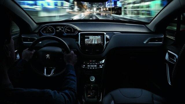 SUV PEUGEOT 2008 : poste de conduite PEUGEOT i-Cockpit® et navigation 3D connectée avec reconnaissance vocale