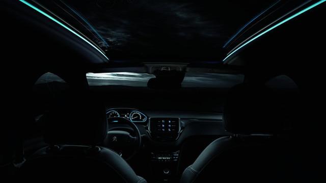 SUV PEUGEOT 2008 : toit en vitrage panoramique à guides de lumières