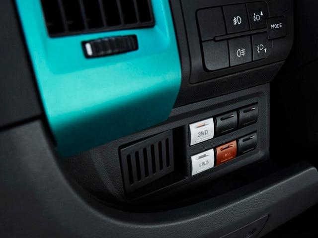 La transmission 4x4 s'enclenche via 3 interrupteurs situé à portée de main à gauche de la planche de bord.