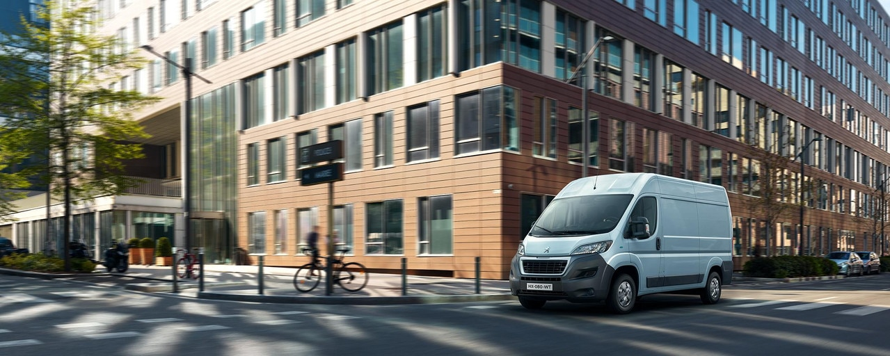 Nieuwe Peugeot e-Boxer : Een ideale bedrijfwagen om het rijden en parkeren in de stad te vergemakkelijken, en dankzij zijn elektrische aandrijving is hij welkom in elke milieuzone.
