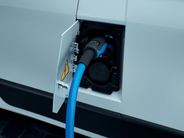 Nouveau PEUGEOT e-Boxer : trappe de recharge à proximité immédiate de la porte avant gauche